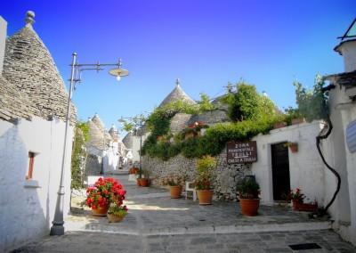 apulia-slow-travel-alberobello-unesco-unesco weltkulturerbe-world heritage-trullo-rione monti-valle d'itria-itriatal-itria valley-scalinata ai trulli-puglia-apulien