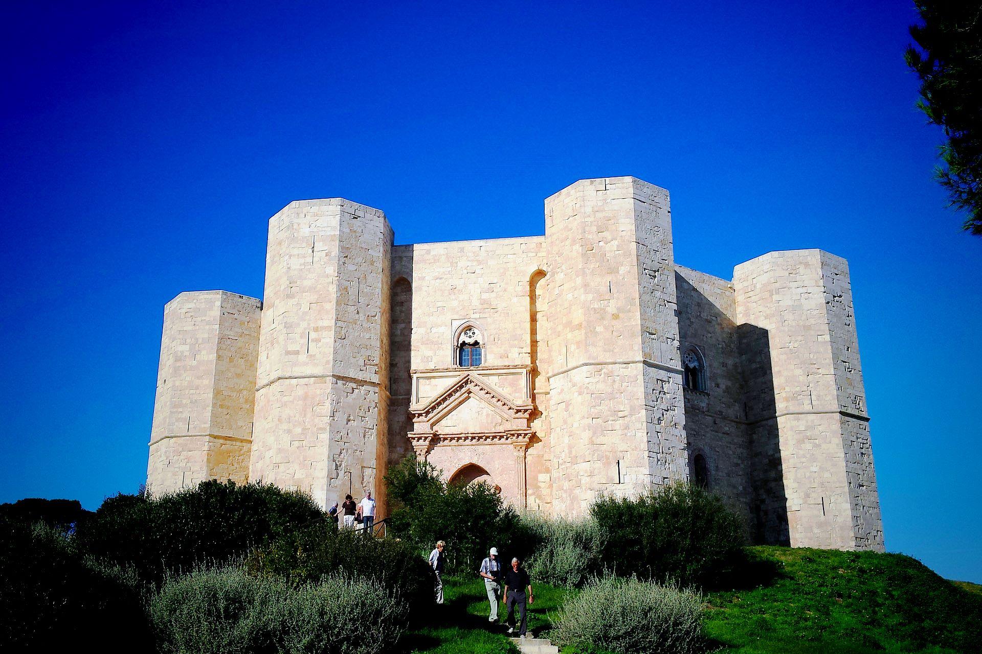 apulia-slow-travel-castel del monte-unesco-bat-federico II-friedrich II-frederick II-medioevo-mittelalter-achteck-ottagono-octagon-svevia-hohenstaufer-apulien-puglia-weltkulturerbe-limestone