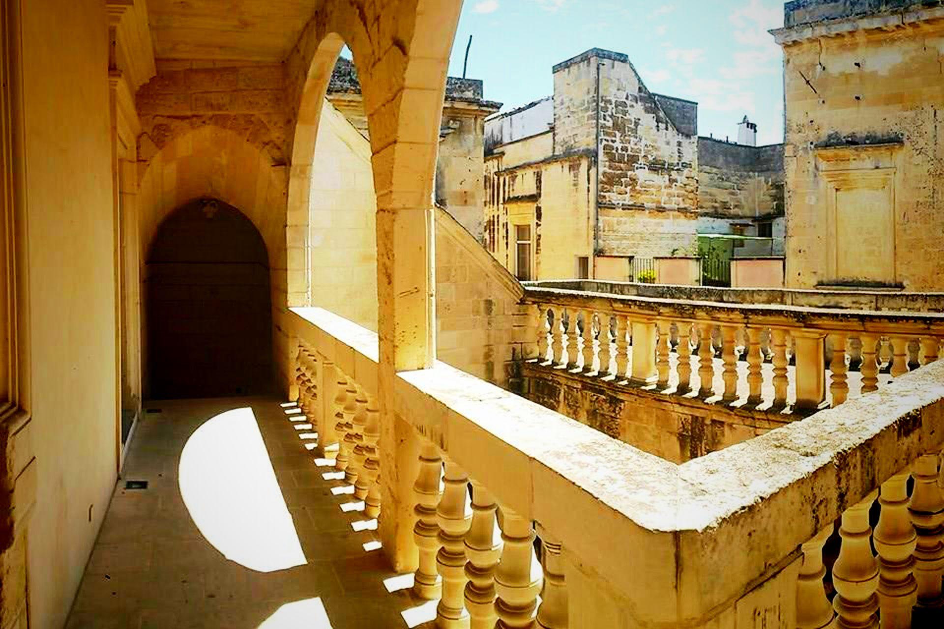 apulia-slow-travel-lecce-barocco-barouque-barock-pietra leccese-limestone-apulia-puglia-apulien-loggia-lichthof-light well