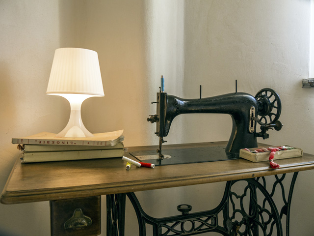 Sandra-Alfieri-House-macchina da cucire