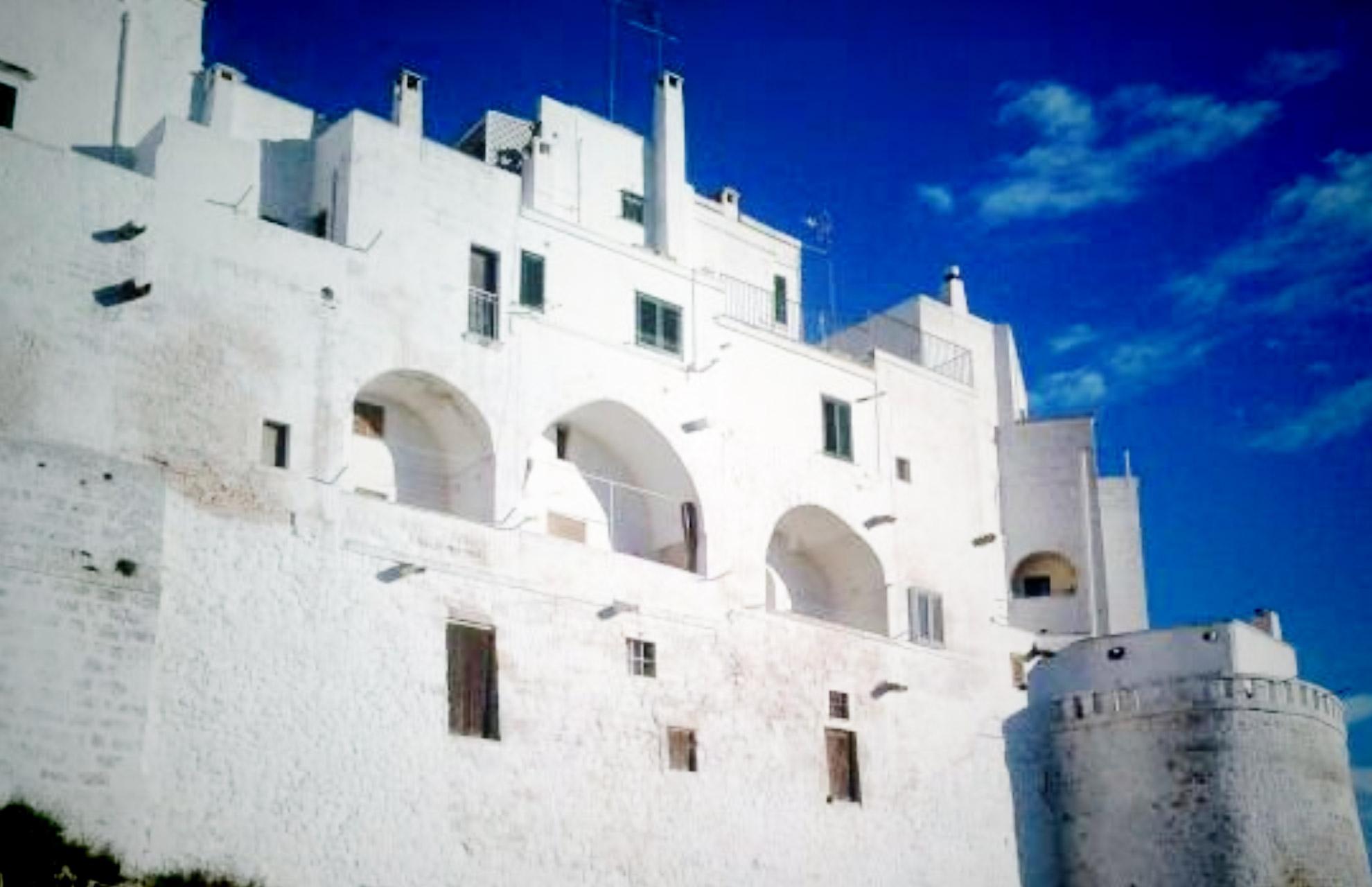 apulia-slow-travel-ostuni-white city-die weisse stadt-citta bianca-mura XIV-verteidigungsmauer-apulien-puglia-valle d'itria-itriatal-itria valley