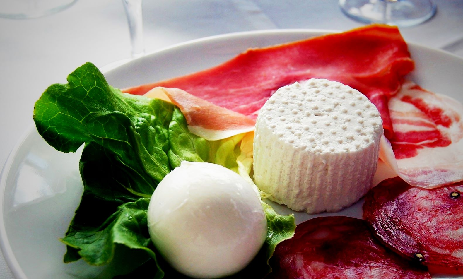 apulia-slow-travel-welcome dinner-cena di benvenuto-salame-burrata-ricotta-insalata-prosciutto crudo-dieta mediterranea-mediterranische diaet-mediterranean diet