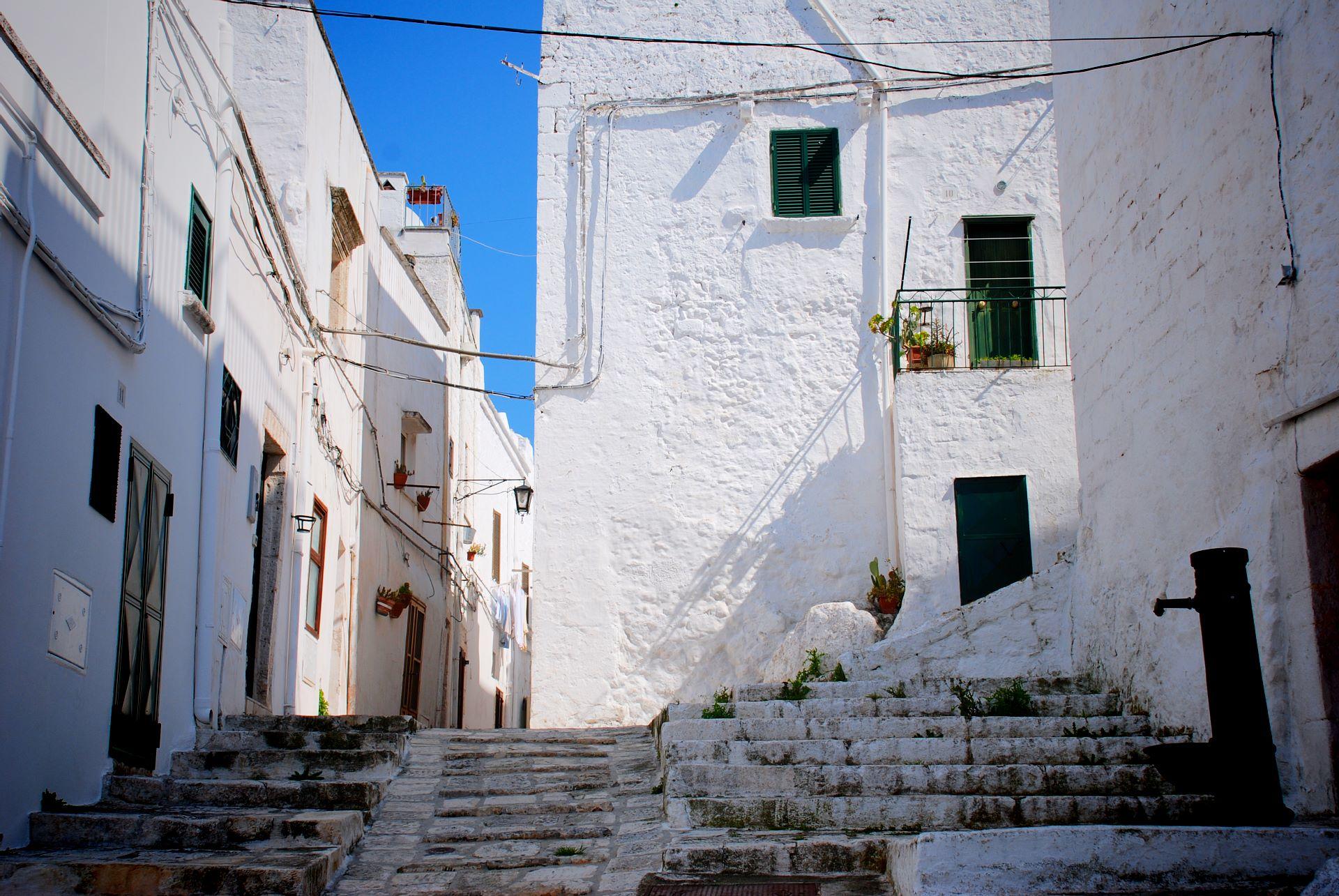 apulia slow travel ostuni gasse vicolo alley scale treppen stiege white white city die weiße stadt citta bianca stairs medioevo mittelalter valle d'itria