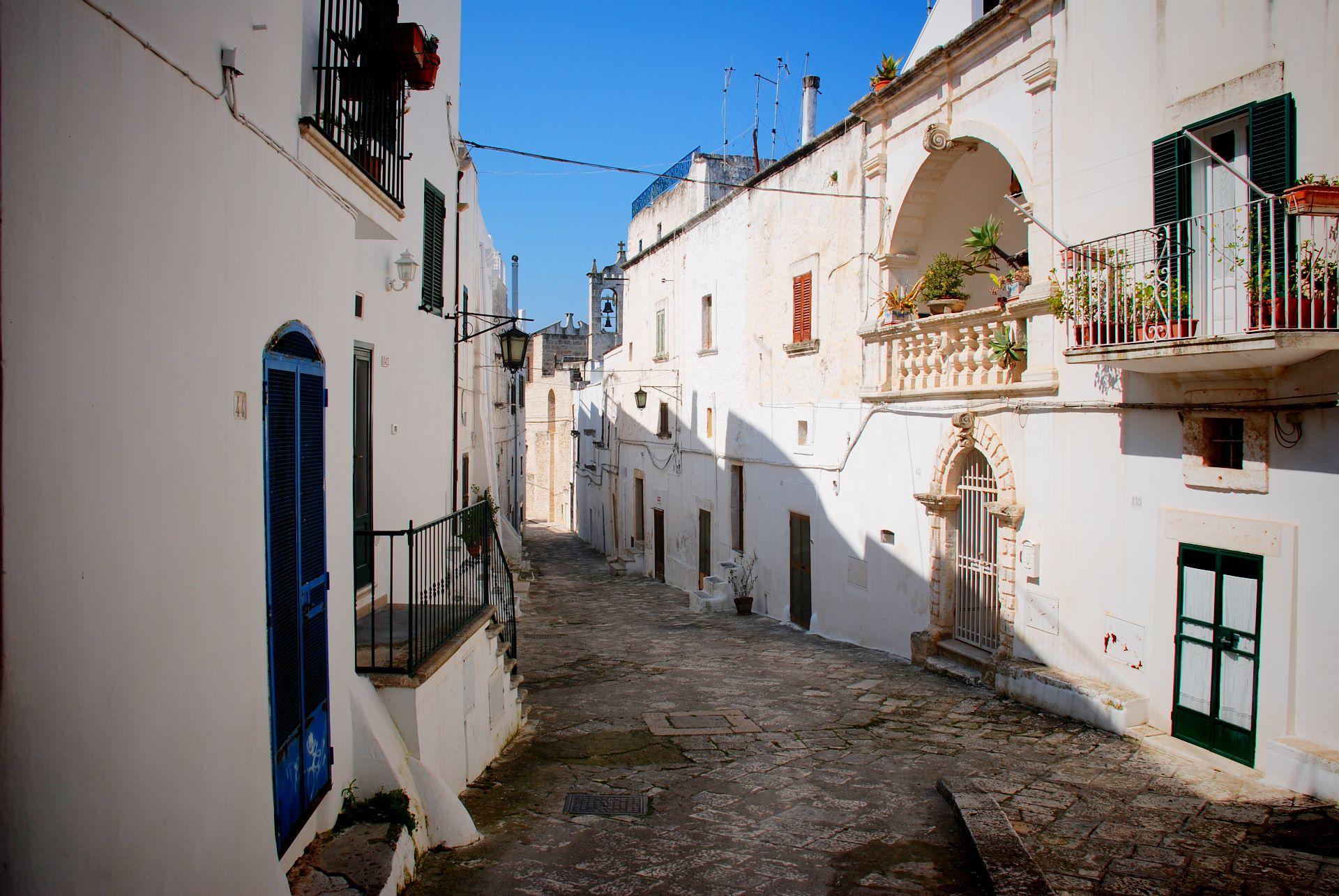 apulia slow travel ostuni citta bianca white city die weiße stadt vicolo salento murgia gasse loggia alley valle d'itria