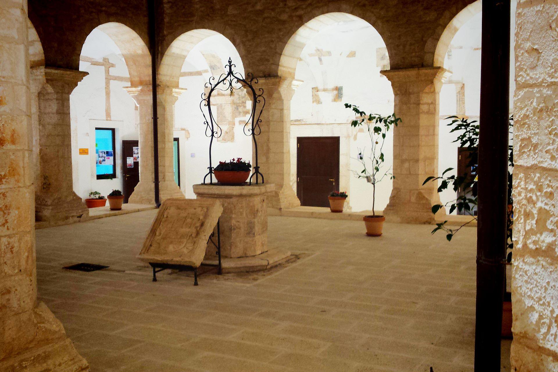 apulia slow travel architettura chiostro ottocentesco pietra calcarea puglia apulien