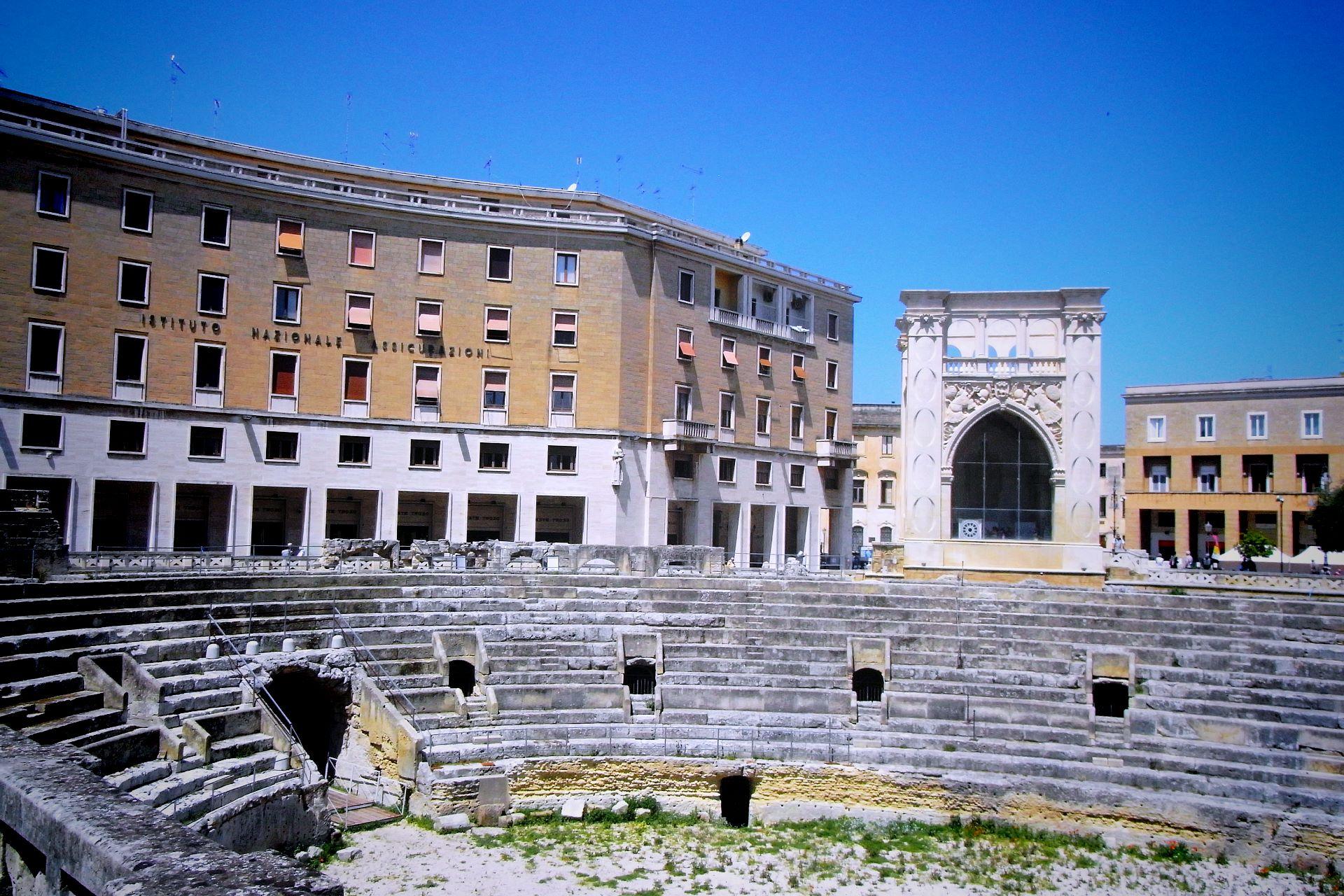 apulia slow travel lecce anfiteatro romano sedile palazzo centro barocco barock baroque salento apulien